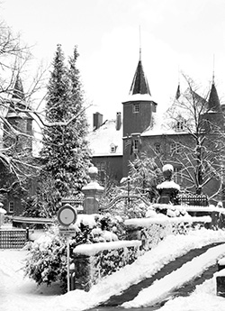Black and white photo of the chateau in wintertime