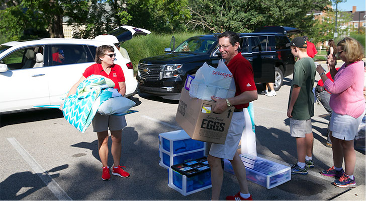 President David Hodge and Valerie Hodge help first-year students move in