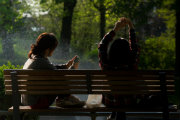 bench-people-smartphone-sun180x120.jpg